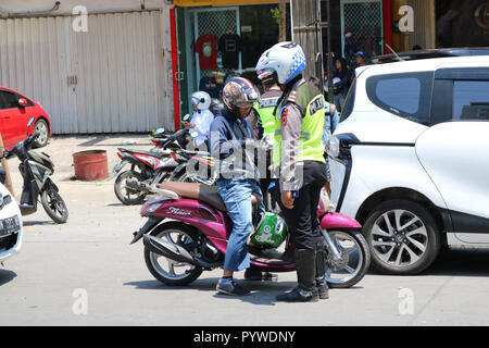 Makassar, Indonesia. 31st Oct, 2018. Vehicle inspections carried out by police officers against a number of vehicles in the city of Makassar, Wednesday October 31, 2018. Inspections in the context of zebra operation Credit: Herwin Bahar/Alamy Live News - Stock Photo