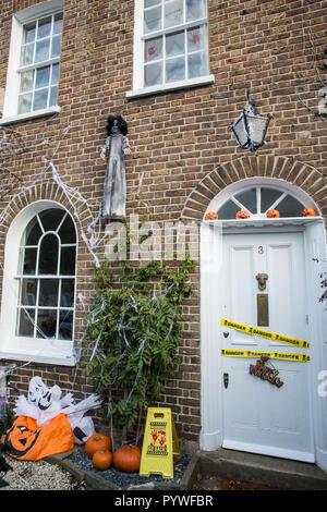 Windsor, UK. 31st Oct, 2018. A house festooned with pumpkins and spooky decorations in preparation for Halloween. Credit: Mark Kerrison/Alamy Live News - Stock Photo