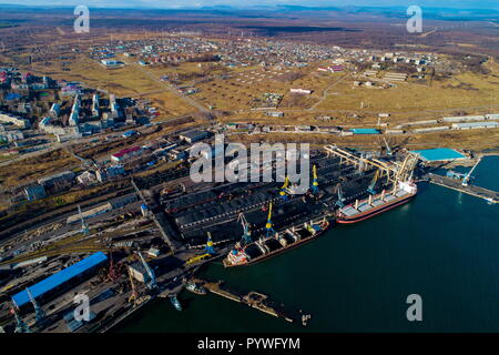 Russia. 31st Oct, 2018. KHABAROVSK TERRITORY, RUSSIA - OCTOBER 31, 2018: An aerial view of vessels docked at the Vanino Commercial Sea Port. Yuri Smityuk/TASS Credit: ITAR-TASS News Agency/Alamy Live News - Stock Photo