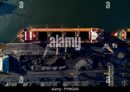 Russia. 31st Oct, 2018. KHABAROVSK TERRITORY, RUSSIA - OCTOBER 31, 2018: An aerial view of coal loaded into a vessel at the Vanino Commercial Sea Port. Yuri Smityuk/TASS Credit: ITAR-TASS News Agency/Alamy Live News - Stock Photo