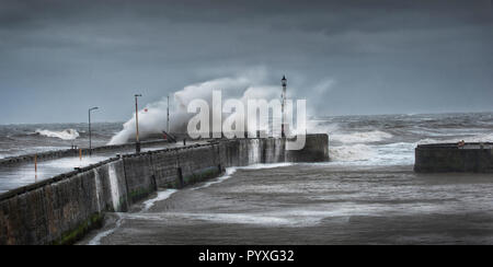 Winter storms hitting the harbor wall at Bridlington on the East Yorkshire coast, England, UK, GB. - Stock Photo