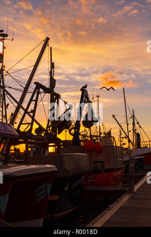 Newlyn, Cornwall, UK, 31st October 2018. Stunning red skies over the fishing port of Newlyn this morning. Credit: Mike Newman/Alamy Live News. - Stock Photo