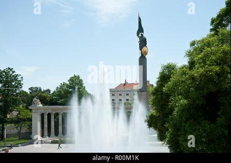 Wien, Heldendenkmal der Roten Armee und Hochstrahlbrunnen am Schwarzenbergplatz - Vienna, Russian Monument - Stock Photo