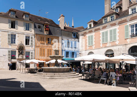 People eating outside at a restaurant in La Place Saint Nicolas, Auxerre, Burgundy, France, Europe - Stock Photo