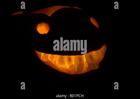 London, UK, 31st October 2018. A halloween pumpkin with teeth in preparation for Trick-or-Treating. Credit: Helen Garvey/Alamy Live News - Stock Photo