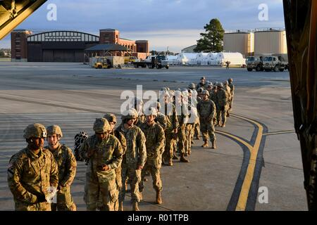 Fort Knox, Kentucky, USA. 30th October, 2018. U.S. Army soldiers from the 541st Sapper Company prepare to board an Air Force C-130J Super Hercules October 30, 2018 at Ft. Knox, Kentucky. The troops are deploying to the U.S. - Mexico border by order of President Donald Trump to intercept the Honduran migrant caravan. Credit: Planetpix/Alamy Live News - Stock Photo