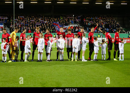 Kiel, Germany. 31st Oct, 2018. Soccer: DFB Cup, Holstein Kiel - SC Freiburg, 2nd round in Holstein Stadium. The players of the SC Freiburg wave together with the enema children into the audience. Credit: Frank Molter/dpa/Alamy Live News - Stock Photo