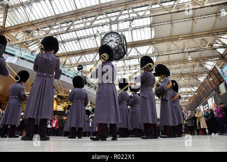 Waterloo Station, London, UK. 1st Nov, 2018. The band of the Grenadier Guards entertains commuters in Waterloo Station for London Poppy Day. Credit: Matthew Chattle/Alamy Live News - Stock Photo