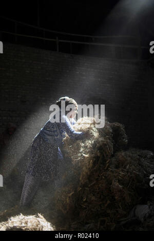 Narayanganj, Bangladesh. 1st Nov, 2018. Sun rays enter through the rooftop while Jute mill worker sorting out small pieces of jutes.Bangladesh used to be known for it's Jute. In recent years Bangladesh and many other country considering jute as the new possibilities to replace many daily goods and make bags out of jute to replace plastics. Credit: Ziaul Haque Oisharjh/SOPA Images/ZUMA Wire/Alamy Live News - Stock Photo