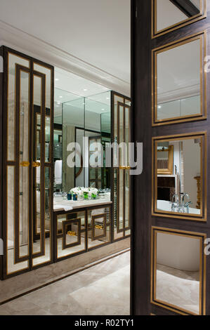 Luxury ensuite bathroom with mirrored wall - Stock Photo
