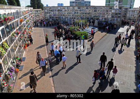 November 1, 2018 - L´Hospitalet, Barcelona, Spain - General of the Municipal Cemetery of L'Hospitalet City where citizens lay flowers and visit their deceased relatives.Spain celebrates the day of the deceased where family and friends visit the cemeteries where their deceased relatives rest. Credit: Ramon Costa/SOPA Images/ZUMA Wire/Alamy Live News - Stock Photo