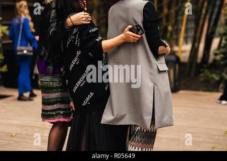 Tbilisi, Georgien. 01st Nov, 2018. A chic showgoer attending Mercedes-Benz Fashion Week in Tbilisi, Georgia - Nov 1, 2018 - Credit: Runway Manhattan ***For Editorial Use Only*** | Verwendung weltweit/dpa/Alamy Live News - Stock Photo