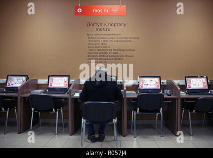 Moscow, Russia. 02nd Nov, 2018. MOSCOW, RUSSIA - NOVEMBER 2, 2018: A man filling out forms at a Moi Dokumenty [My Documents] multifunctional public services centre. Valery Sharifulin/TASS Credit: ITAR-TASS News Agency/Alamy Live News - Stock Photo