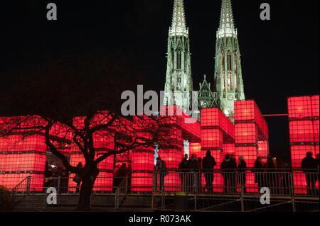 Wien, Kunstinstallation und Weihnachtsmarkt Kubik vor der Votivkirche - Stock Photo