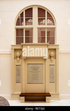 Plaque and sculpture in Kensington Palace - Stock Photo