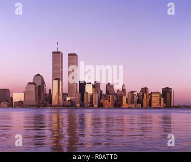HISTORICAL 1988 TWIN TOWERS (©MINORU YAMASAKI 1973) DOWNTOWN SKYLINE HUDSON RIVER NEW YORK CITY USA - Stock Photo