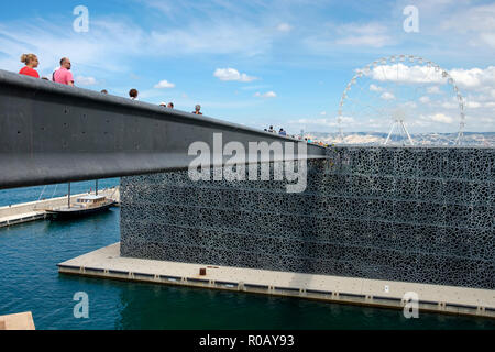 The aerial footbridge linking the Fort St-Jean to the MuCEM, the Museum of European & Mediterranean Civilisations, Vieux Port, Marseille, France. - Stock Photo