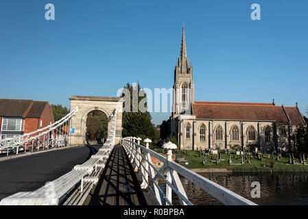 All Saints Church and the suspension bride on the river Thames at Marlow in Buckinghamshire, Britain.  The Victorian suspension bridge was designed an - Stock Photo