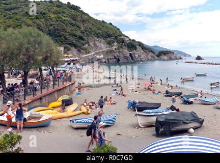 The beach at the foot of Old Town Monterosso al Mare. Old town is connected to more modern Monterosso by a mountain tunnel and pedestrian path.  Monte - Stock Photo