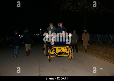 Hyde Park,London,UK,4th November 2018,London to Brighton Veteran Car Run gets underway from Hyde Park on its 122nd Anniversary its the World's longest running motoring event. Veteran cars make the run down to Brighton to hopefully cross the Finish Line in Madeira Drive with spectators lining the route. Credit: Keith Larby/Alamy Live News - Stock Photo