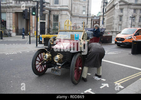 London UK. 4th November 2018. Participants experience a breakdown as they take part in the Bonhams London to Brighton 60 mile journey in the Veteran Car Run, the world's longest running motoring event.The Run commemorates the Emancipation Run of 14 November 1896, which celebrated the Locomotives on the Highway Act, when the speed limit for 'light locomotives' was raised from 4 mph to 14 mph, abolishing the need for vehicles to be preceded by a man on foot Credit: amer ghazzal/Alamy Live News - Stock Photo