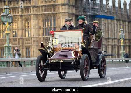 London, UK.  4 November 2018.  Participants cross Westminster Bridge en route to the coast in the 122nd Bonhams London to Brighton Veteran Car Run.  The 60 mile journey is undertaken by over 600 pre-1905 manufactured vehicles, some of which suffer frequent breakdowns.  The Run commemorates the Emancipation Run of 14 November 1896, which celebrated the Locomotives on the Highway Act, when the speed limit for 'light locomotives' was raised from 4 mph to 14 mph, abolishing the need for vehicles to be preceded by a man on foot.   Credit: Stephen Chung / Alamy Live News - Stock Photo