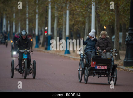 The Mall, London, UK. 4 November, 2018. Bonhams London to Brighton Veteran Car Run 2018 early entrants trundle down The Mall after the sunrise start in Hyde Park at 06.59am. The longest running motoring event in the world, with 400 veteran vehicles starting the 60 mile journey to the south coast, and the first car due to arrive at 09.59am. Credit: Malcolm Park/Alamy Live News. - Stock Photo