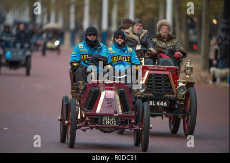 The Mall, London, UK. 4 November, 2018. Bonhams London to Brighton Veteran Car Run 2018, vehicles trundle down The Mall after the sunrise start in Hyde Park at 06.59am. The longest running motoring event in the world, with 400 veteran vehicles starting the 60 mile journey to the south coast, and the first car due to arrive at 09.59am. Credit: Malcolm Park/Alamy Live News. - Stock Photo