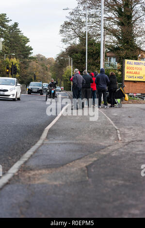 Brighton, East Sussex. 4th November 2018. Drivers pass spectators along the A23 in Hooley, Coulson, during the annual London to Brighton Veteran Car Run. Credit: Francesca Moore/Alamy Live News - Stock Photo