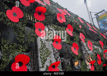 Weymouth, UK. 4th Nov 2018.  'The Wyke Smugglers ' pub promotes Poppy Day by festooning its property with giant poppies & hosting a visit from Mr. Gillmon's armoured personnel carrier Credit: stuart fretwell/Alamy Live News - Stock Photo