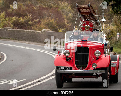 """Pyecombe, East Sussex, UK. 4th November 2018. Owners and drivers take part in the 79th  """"Bonham's"""" London to Brighton Veteran car run. The 60 mile route, starting in Hyde Park London concludes at Madeira Drive Brighton. The vehicles in this year annual event, including an 1895 Peugeot and an 1898 Panhard et Levassor were all built between 1893 and 1905. Credit: Newspics UK South/Alamy Live News - Stock Photo"""