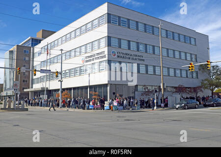 Cleveland, Ohio, USA.  4th Nov, 2018.  Early voters for the US midterm elections wait in line to cast ballots outside the Cuyahoga County Board of elections.  The line wraps around the block from inside the Board of Elections on Superior Avenue down East 30th Street in downtown Cleveland, Ohio, USA.  Credit: Mark Kanning/Alamy Live News. - Stock Photo