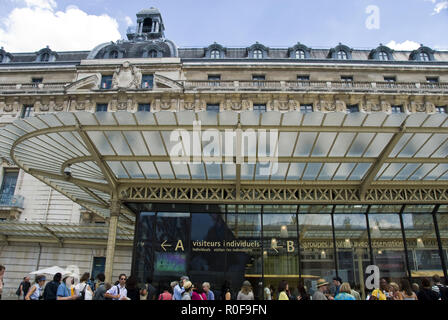 Tourists wait to enter the Musee d'Orsay, an art museum housed in the former Gare d'Orsay, a Beaux-Arts railway station, Paris, France. - Stock Photo