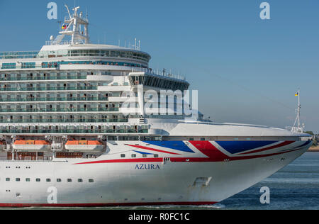 the p and o cruise liner azura leaving the port of Southampton docks on a bright and sunny day. Cruising and holidays afloat. - Stock Photo