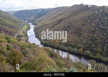 The valley of the Lot river, in Autumn (Saint Parthem - Aveyron- Midi Pyrenees - France), upstream from the castle of Gironde which overlhangs it. - Stock Photo