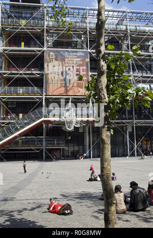 People relax on the plaza outside the Centre Georges Pompidou (Pompidou Center), a Postmodern multicultural arts complex, Paris, France. - Stock Photo