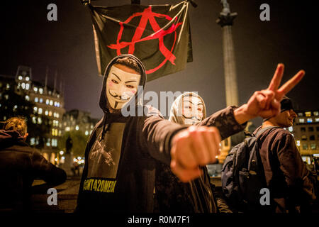 Hundreds of protesters wearing Guy Fawkes masks gathered in London for their annual march. Promoted by Anonymous, an international group of hacking activists, the march is a protest against corruption in power. It coincides with Bonfire Night in the UK, which commemorates the date Guy Fawkes attempted to blow up the Houses of Parliament in 1605. 5th Nov, 2018. Credit: Velar Grant/ZUMA Wire/Alamy Live News - Stock Photo