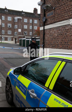 London, UK. 6th Nov 2018. Police at the entrance to a crime-scene at Greenleaf Close on the Tulse Hill housing estate in Lambeth, where an as-yet-un-named 16-year-old boy was stabbed on the evening of 5 November, part of a recent rise in knife crime in London. Credit: Anna Watson/Alamy Live News - Stock Photo