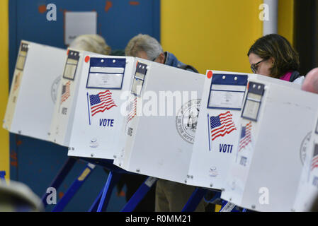 New York, USA. 6th November, 2018. Residents in the Park Slope section of Brooklyn, New York cast their vote during the Midterm Elections on November 6, 2018. Credit: Erik Pendzich/Alamy Live News - Stock Photo