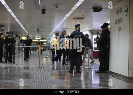 Catalan regional policemen or Mossos d'Esquadra keep watch inside the AVE high speed train station of Sants in Barcelona after two trains had to be evacuated due to a suspicious suitcase, in Barcelona, northeastern Spain, 07 November 2018. National Police has confirmed that the explosive alert issued in the train stations of Sants in Barcelona and Atocha in Madrid is a false alarm. The alert was activated after suspicions about a woman carrying a suitcase with a suspicious object similar to an explosive device inside, get on board an AVE train in Sants heading for Atocha. The train was stopped - Stock Photo