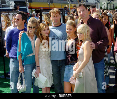 The cast of Full House posing at the New York Minute Premiere at the Chinese Theatre in Los Angeles. May 1, 2004.          -            FullHouse_cast - Stock Photo