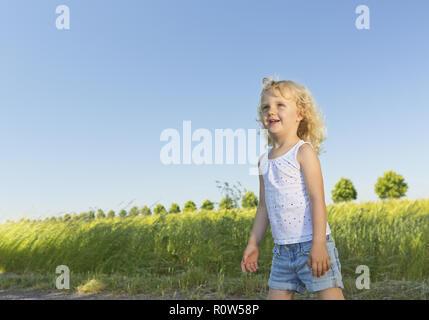 Kleines blondes Maedchen im Sommer (model-released) - Stock Photo