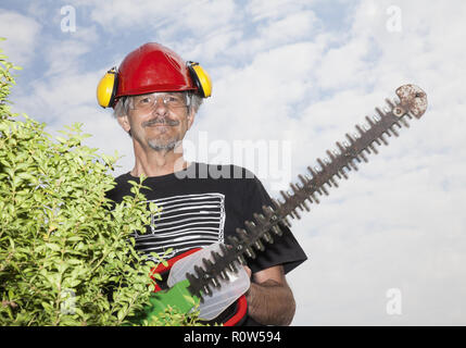 Mann mit elektrischer Heckenschere (model-released) - Stock Photo