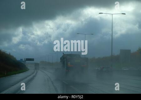 London, UK. 7th Nov, 2018. UK Weather: Heavy downpours and poor visibility for cars and lorries making the M25 motorway particularly dangerous for driving. Dark clouds and heavy rain on the motorway heading anticlockwise. © Paul Lawrenson 2018, Photo Credit: Paul Lawrenson / Alamy Live News Stock Photo