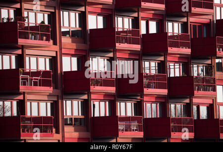 Berlin, Germany. 07th Nov, 2018. A scaffolding stands at a shell next to already finished new apartments in Kreuzberg. Lack of housing is a big problem in Berlin. According to a study commissioned by the German Social Association, the poor must also spend significantly more on housing than the normally paid and the rich, measured against household income. Credit: Bernd von Jutrczenka/dpa/Alamy Live News