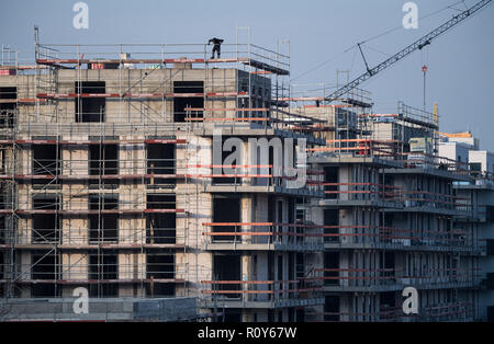Berlin, Germany. 07th Nov, 2018. A scaffold stands at a shell of new apartments in Schöneberg. Lack of housing is a big problem in Berlin. According to a study commissioned by the German Social Association, the poor must also spend significantly more on housing than the normally paid and the rich, measured against household income. Credit: Bernd von Jutrczenka/dpa/Alamy Live News