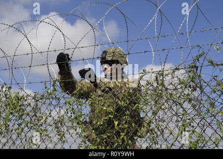 U.S. Army soldiers from the 541st Sapper Company, install concertina wire along the Mexico border at Donna Rio Bravo International Bridge November 6, 2018 Donna, Texas. The troops are deploying to the U.S. - Mexico border by order of President Donald Trump to intercept the Honduran migrant caravan. - Stock Photo