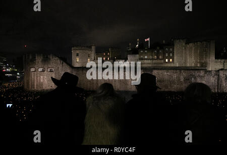 London, Britain. 7th Nov, 2018. People view the installation called 'Beyond the Deepening Shadow: The Tower Remembers' at the Tower of London in London, Britain, on Nov. 7, 2018. This installation is part of a nationwide series of events to commemorate the 100th anniversary of the end of World War I. Credit: Han Yan/Xinhua/Alamy Live News - Stock Photo