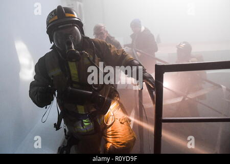 Novosibirsk, Russia. 08th Nov, 2018. NOVOSIBIRSK, RUSSIA - NOVEMBER 8, 2018: Emergency services take part in training exercises held by the Russian Emergency Situations Ministry at Krasny Prospekt station of the Novosibirsk Metro. Kirill Kukhmar/TASS Credit: ITAR-TASS News Agency/Alamy Live News - Stock Photo