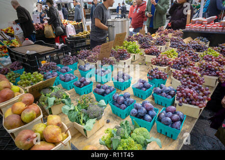Grapes and other produce at the Union Square Greenmarket in New York on Wednesday, November 7, 2018.   (© Richard B. Levine) - Stock Photo